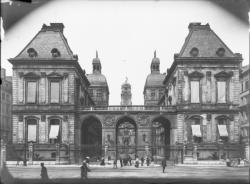 [Hôtel de ville de Lyon. Façade arrière vue depuis la place de la Comédie]