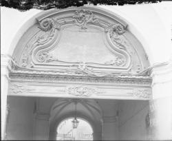 [19, place Tolozan : imposte sculptée surmontant la porte cochère de la maison Antoine Tolozan]