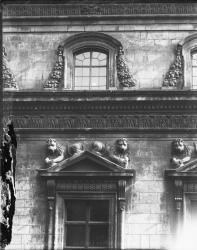 [Hôtel de ville de Lyon. Façade latérale nord ou sud : Sculptures de lions disposées symétriquement au fronton d'une fenêtre]