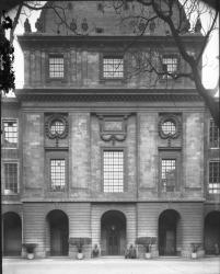 [Hôtel-Dieu de Lyon : l'avant-corps central vu depuis la cour intérieure]