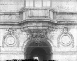 [Hôtel de ville de Lyon : entrée ouest vue depuis la cour intérieure]
