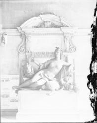 """[Vestibule de l'hôtel de ville de Lyon vers 1906 : """"La Saône"""", sculpture allégorique en bronze entourée d'affiches et d'avis municipaux]"""