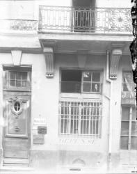 [15, rue d'Alsace : façade d'un immeuble et porte d'entrée décorée]