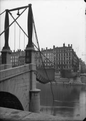 [Destruction des ponts de Lyon par l'armée allemande en septembre 1944 : passerelle Saint-Georges]