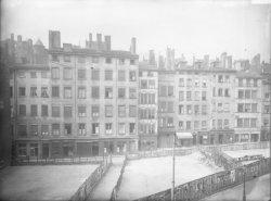 [Alignement des immeubles de la rue Lainerie : devantures de la teinturerie du Change et de l'Hôtel Terminus Saint-Paul]