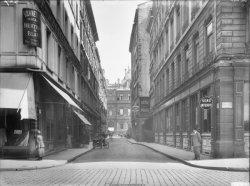 [La rue Dubois depuis la rue de l'Hôtel de Ville]