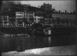 [Vue du bateau-moulin sur le Rhône, quai Saint-Clair]