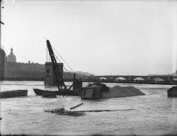 [Dragage sur le Rhône devant le pont de l'Hôtel-Dieu]