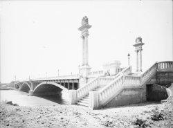 [Le Pont Pasteur : escalier latéral]