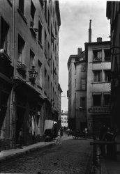 [La Rue Lainerie, vue de la place du Change]