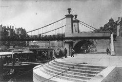[Ancien pont La Feuillée : embarquement sur le bateau-mouche pour Vaise, Saint-Rambert et l'Ile-Barbe]