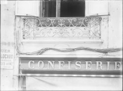 [19, place Tolozan : balcon du premier étage de la maison Antoine Tolozan]
