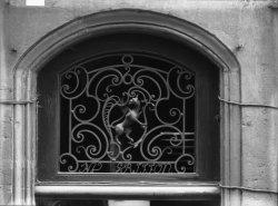 [13, rue du Griffon : imposte en fer au griffon]