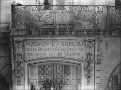 [1, rue Emile-Zola : balustrade de fenêtre et inscription]