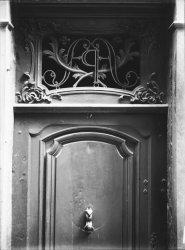 [34, rue Mercière : imposte d'une porte et heurtoir]