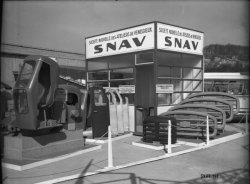 [Foire internationale de Lyon : cabines de pelles hydrauliques sur le stand de la Société nouvelle des ateliers de Vénissieux (S.N.A.V.)]