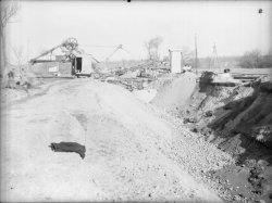 [Ouvriers sur un chantier. Canal de Jonage (?)]