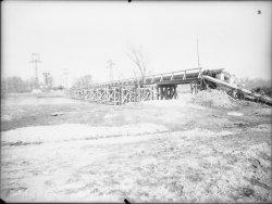 [Pont et canalisations près d'un chantier. Canal de Jonage (?)]