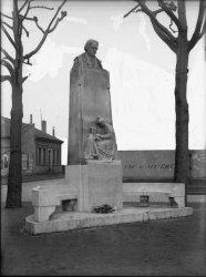 [Monument à Barthélemy Thimonnier (1793-1857), place Aristide Briand]