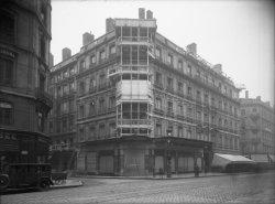 """[Façade d'immeuble 24, rue de la République : installation de publicités lumineuses pour les magasins """"A la Parisienne"""" et les Galeries Lafayette]"""