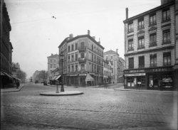 [Le Carrefour de la rue Moncey et de l'avenue de Saxe]