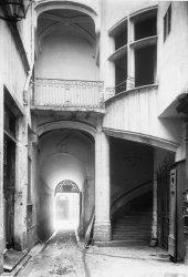 [10, rue Juiverie : escalier à vis dans la cour intérieure de la maison d'Antoine Grollier]