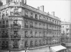 """[Façade d'immeuble 24, rue de la République : publicités lumineuses pour les magasins """"A la Parisienne"""" et les Galeries Lafayette]"""