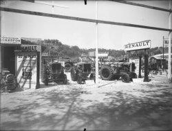 [Foire internationale de Lyon : exposition de tracteurs de la Régie Renault]