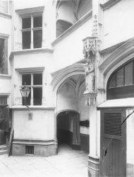 [Quartier Saint-Jean : cour intérieure et niche]