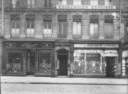 """[Devanture du magasin de chapeaux """"Barret"""" et du magasin de chaussures """"André""""]"""