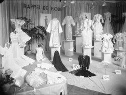 """[""""Rappel de mode"""" : exposition de vêtements de 1900 à 1939]"""