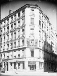 """[Immeuble appartenant au Crédit à l'Epargne (Lyon) : agence """"Lyon-Voyages"""", office général du tourisme]"""