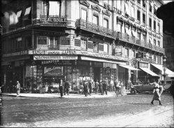 """[Devanture du magasin """"Tout pour auto"""", fournitures pour vélocipèdes et automobiles]"""
