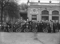 """[Groupe de motocyclistes devant le restaurant """"La Maison Dorée""""]"""