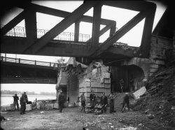 [Destruction des ponts de Lyon par l'armée allemande (1944) : affaissement d'une pile du viaduc de La Mulatière]