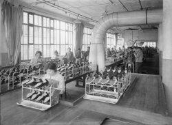 [Usine des établissements Bally-Camsat : atelier de confection de chaussures]