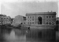 [Les Anciens bâtiments de la douane et le grenier à sel vus depuis la rive droite de la Saône]