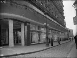 """[Vue du magasin """"Les Galeries Lafayette""""]"""
