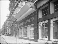 """[Le magasin """"Les Galeries Lafayette"""" vu depuis la rue Président-Carnot]"""