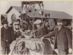 [Ascension des frères Léo et Antoine Boulade au Parc d'Aérostation de Villeurbanne, près de l'Usine à Gaz]