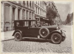 [L'Automobile du Président Herriot et son chauffeur officiel]