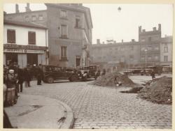 [Un accident de voiture au carrefour de l'avenue Félix-Faure et de la Grande rue de la Guillotière, vers 1930]