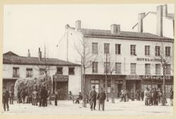 [Place de la Croix. Le Marché aux foins, vers 1900]