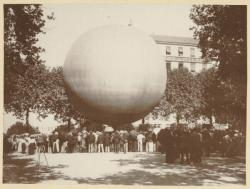 [Le départ d'un ballon, place de l'Abondance, un soir de juillet 1901]