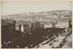 [Vue générale sur la colline de Fourvière, depuis la place Bellecour, entre 1860 et 1865]