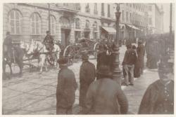[Un défilé des troupes, place Bellecour, au début du XXe siècle]