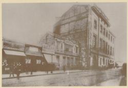 [La Rue de la Barre avant la construction de l'aile sud de l'Hôtel-Dieu de Lyon (vers 1893)]