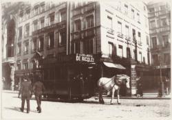 [Ligne de la Gare de Genève à l'archevéché : le dernier car Ripert (?) à cheval, place Le Viste, en 1899]