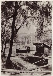 [Le Marchand de charbon de bois, sur la Saône. A l'arrière-plan, l'ancien pont suspendu La Feuillée, au début du siècle]