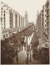 [Une manifestation à velo des ouvriers du bâtiment en juillet 1936 devant l'hôtel de ville de Villeurbanne]
